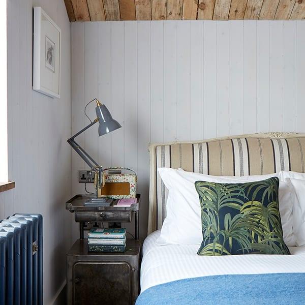 artist residence cornwall bedroom